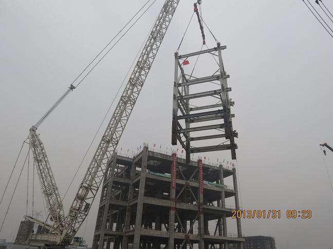 确保了钢结构首次吊装的顺利